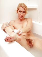 Gorgeous MILF Trish taking a bath and cleaning her dirty pussy very hard