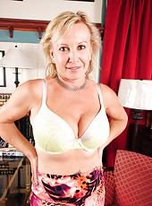 Delightful mature slut Nicole showing her good looks and her nice boobs