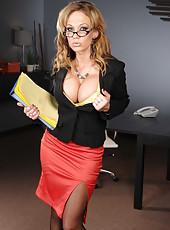 Assy brunette Nikki Sexx is showing off her good-looking big boobies