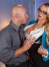 Busty and horny babe Nikki Benz doing a winning blowjob and fucking
