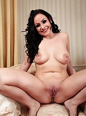 Beautiful and sexy babe Sophia Delane showing her stunning naked body