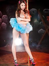 Unforgettable babe Summer Brielle with her big boobs, spreading her legs