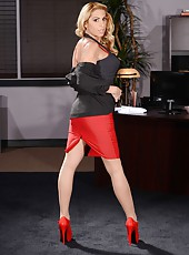 Ravishing blonde MILF Alyssa Lynn in red high-heel posing naked here