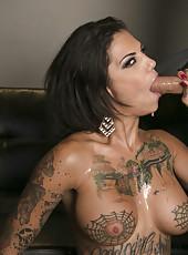 Magnificent MILF Bonnie Rotten showing her cock sucking skills to her man