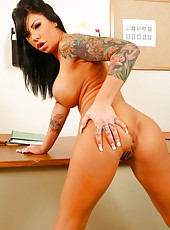 Tattooed brunette babe with big tits and sexy face named Mason Moore strips hot