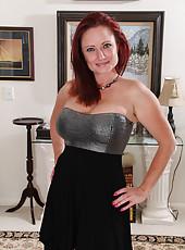 Cute 38 year old redheaded Shelly Jones looking elegantly naked