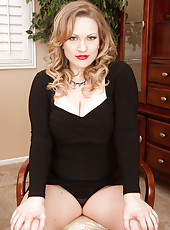 Curvy 30 year old Victoria Tyler exposing her matue furry beaver