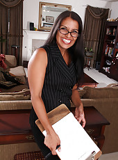 41 year old secretary Saffron LeBlanc breaks to spread her legs