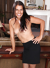 41 year old secretary Saffron LeBlanc breaks to spread her legs
