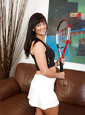 45 year old Lelani Tizzie poseing naked whith her tennis racket