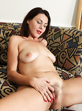 Amateur mommy spreads her sweet hairy pussy