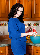Mom next door gets horny while making cookies for the neighbors