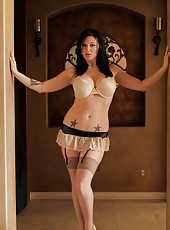 Bigtit milf shows off her delicious curves in tantalizing lingerie