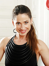 Glamorous cougar Pepper strips off her clothes during an intense erotic workout