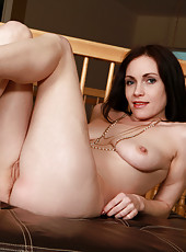 Amateur temptress with pierced nipples spreads open her silky smooth snatch