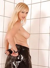 Smoking hot blond Cikita poses nude
