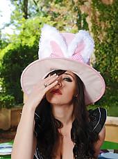 Uk bunny deep throats herself good