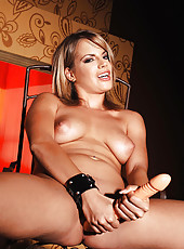 Hot Lara in latex with doubledong