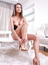 Hot babe Lisa M. playing barefoot