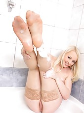 Lola Taylor masturbates in the bath