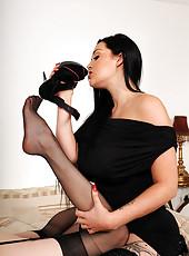 Lesbian toe suckers extraordinaire!