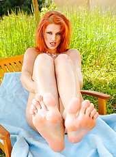 Sexy Rosses doing a summer footjob