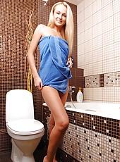 Ivana Sugar foaming her legs & feet