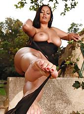 Sexy Aria Giovanni teasing her feet