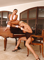 Exquisite lesbos licking their toes