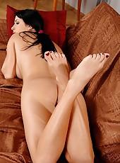 Sexy Roxana plays in nylon socks