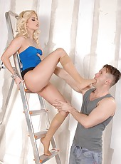 Bodacious blonde jacks Chokys dick